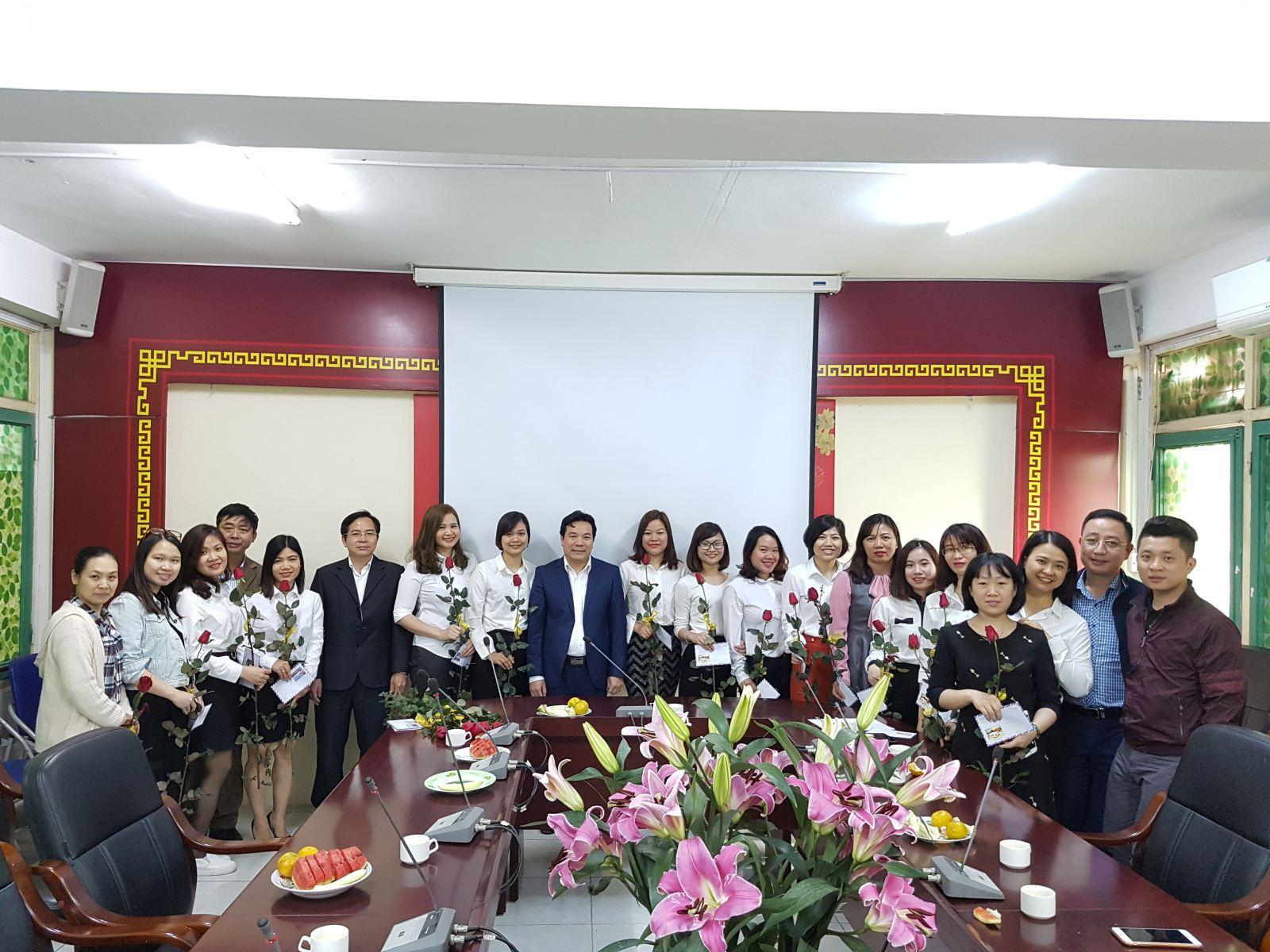 Lãnh đạo Trung tâm chúc mừng Ngày quốc tế Phụ nữ 8/3 cán bộ nữ Trung tâm