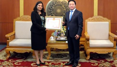 Bộ trưởng Trần Hồng Hà trao Kỷ niệm chương vì sự nghiệp TN&MT cho Bà Anjali Acharya
