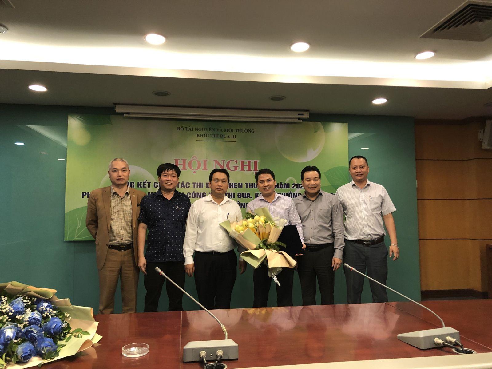 Giám đốc Trung tâm Tư vấn và Công nghệ môi trường trao quyết định bổ nhiệm Phó giám đốc Trung tâm Tư vấn và Kỹ thuật môi trường