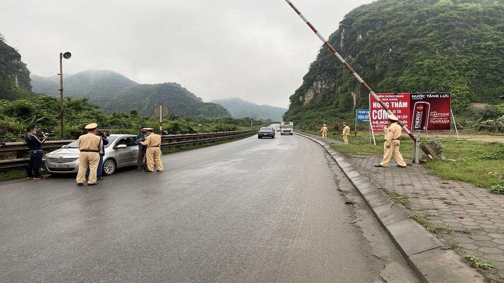 Tạm dừng hoạt động kiểm soát người và phương tiện ra vào tỉnh Thanh Hóa
