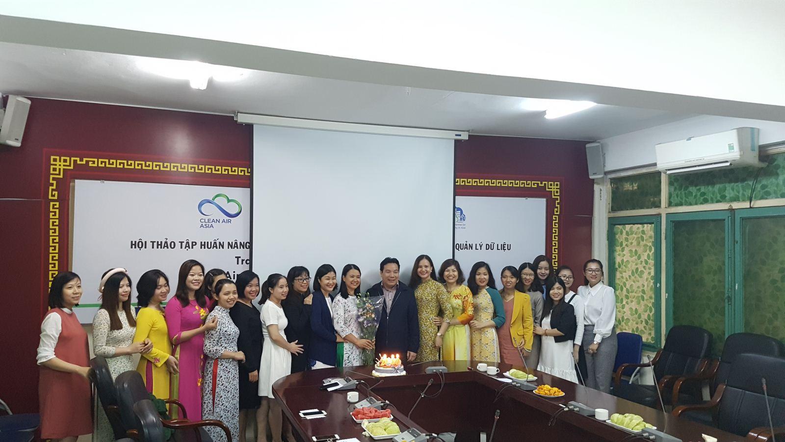 Lãnh đạo Trung tâm chúc mừng cán bộ nữ nhân ngày 20/10